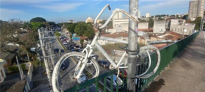Ghost bike sobre o viaduto, em São José dos Campos