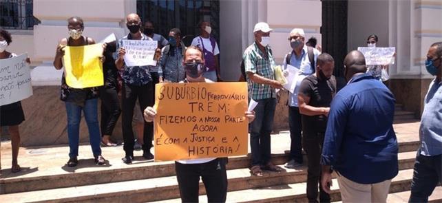 Grupo protesta contra suspensão do trem do Subúrbi