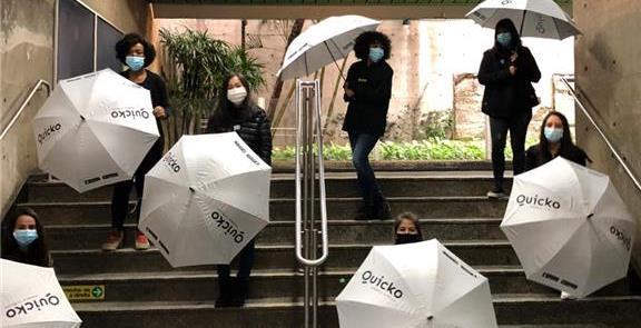 Guarda-chuvas, em dia de frio e contra as aglomera