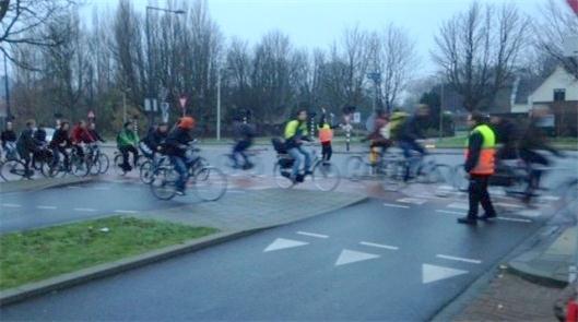 Guardas orientam o trânsito de bikes na Holanda
