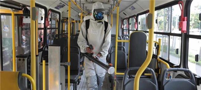 Higienização de ônibus em um terminal