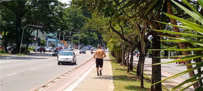 Homem corre por via plana e arborizada, algo raro