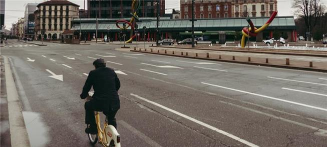 Homem pedala durante a quarentena em Milão (Itália