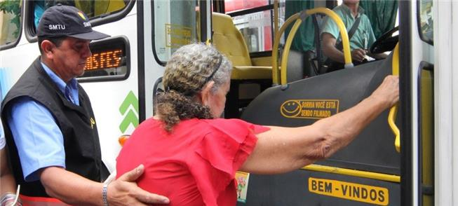 Idosa acessa ônibus em Manaus (AM)