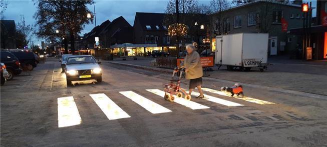 Idosa atravessa faixa luminosa em Brumeen, Holanda
