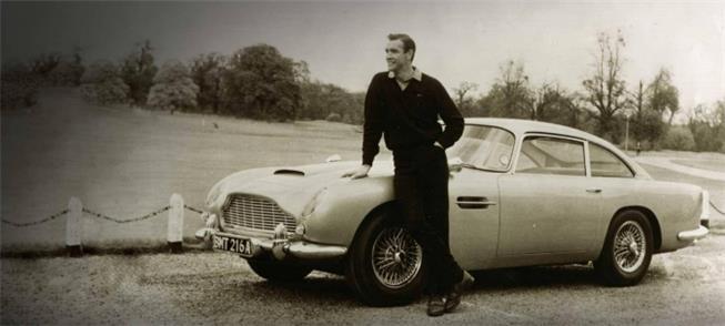 James Bond e um automóvel Ston-Martin