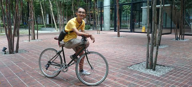 Jeffrey Lim e uma de suas inseparáveis magrelas