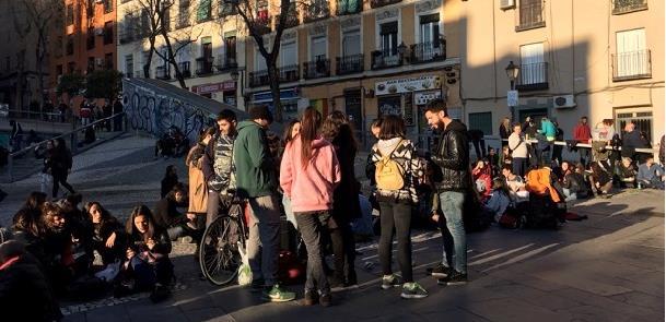 Jovens confraternizam nos espaços públicos de Madr