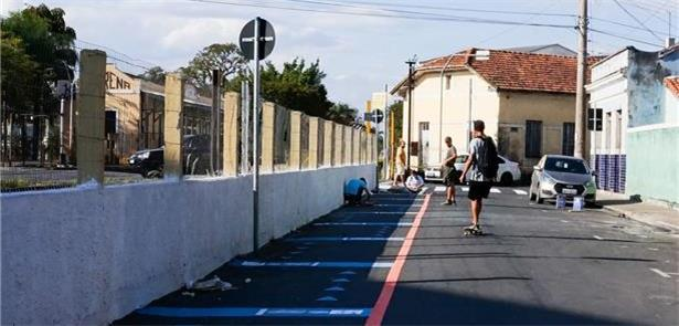 Lorena (SP): na falta de calçada, a pintura define