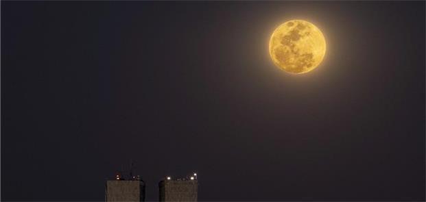 Lua cheia no céu de Brasília. Tesla vê como sinal
