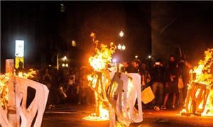 Manifestantes do Movimento Passe Livre queimam cat