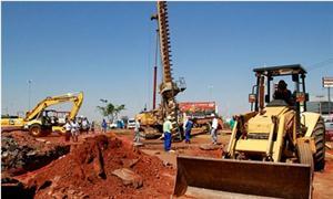 Máquinas trabalhando na retomada das obras do VLT
