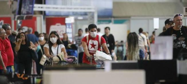 Máscaras em aeroporto do Brasil: o medo do coronav