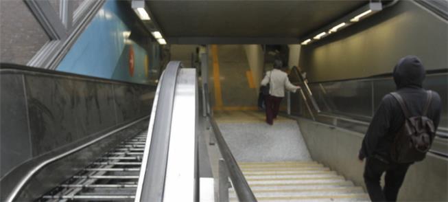 Metrô - Escadas rolantes quebradas