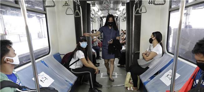 Metrô de Manila, nas Filipinas: assentos bloqueado