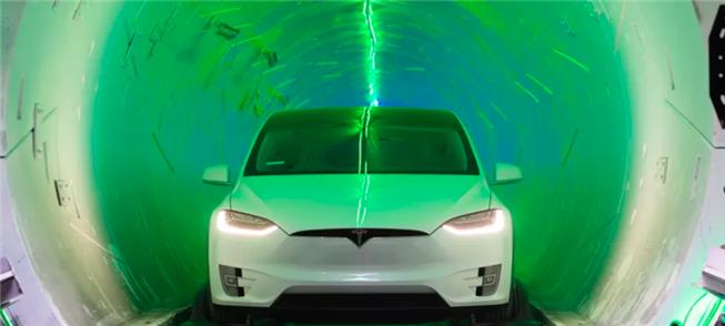 Modelo X, em túnel de demonstração da novidade da