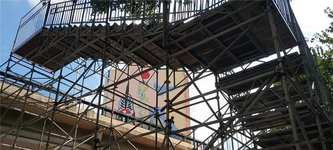 Montagem de estrutura da escadaria para pedestre n