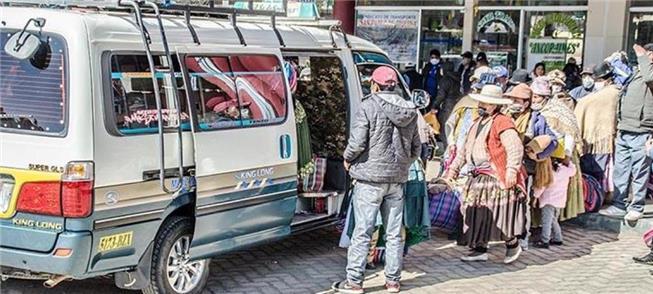 Moradores de El Alto embarcam em uma van