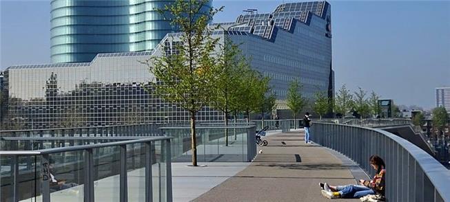 Moreelsbrug: pedestres, ciclistas e árvores no can