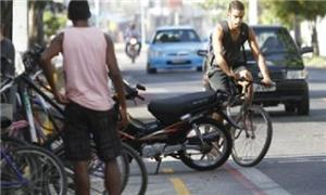Moto invade área exclusiva da ciclofaixa, ontem (9