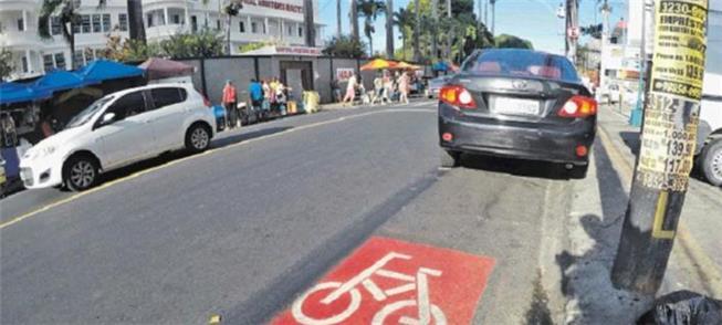 Motoristas não respeitam a faixa para bicicleta em