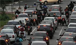 Motos formam fila em cruzamento em São Paulo