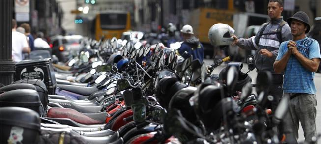 Motos na rua da Boa Vista, centro de São Paulo