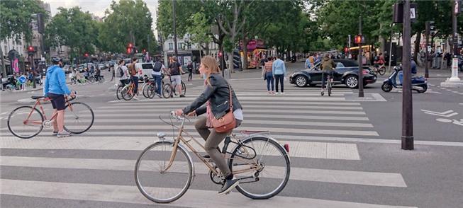 Muitos ciclistas na Praça da Bastilha, em Paris