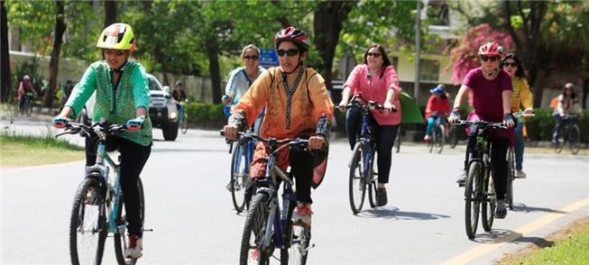 Mulheres usam a bicicleta para protestar no Paquis