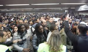 Multidão tenta embarcar