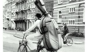 Na Holanda, músico leva seu contrabaixo em um bici