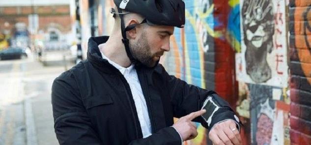 Nas mangas desta jaqueta, um app que auxilia nas r