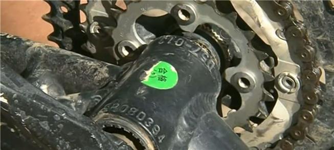 Número de registro de bicicleta, sob o eixo da cor