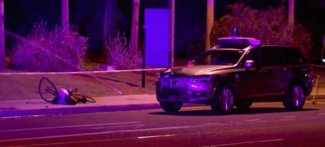 O carro da Uber após acidentar ciclista