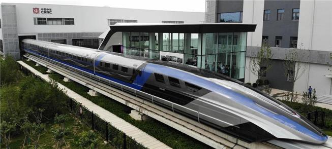 O novo trem, na pista de testes da CRRC