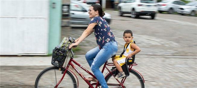 O prazer de pedalar poderia ser o título desta fot