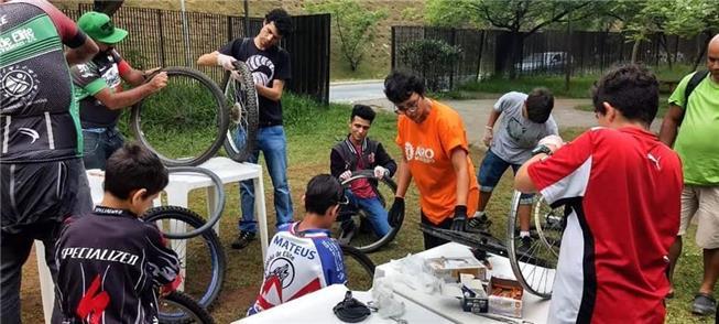 Oficina de manutenção de bikes, em Cidade Tiradent