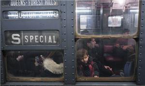 Olhar curioso do garoto que viaja no vagão históri