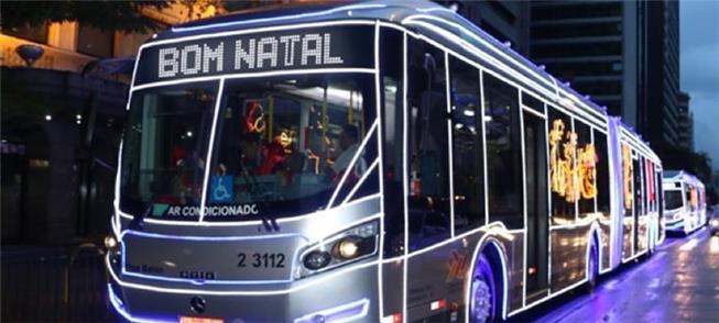 Ônibus  urbano decorado para as festividades do Na