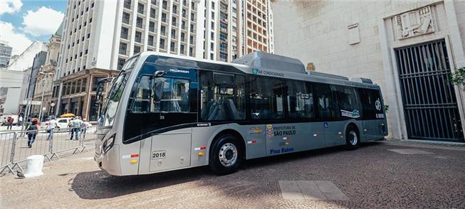 Ônibus a bateria na sede da prefeitura de São Paul
