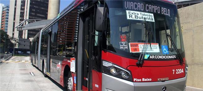 Ônibus articulado no Terminal Pinheiros, em São Pa
