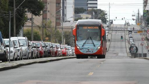 Ônibus circula em Curitiba durante a pandemia