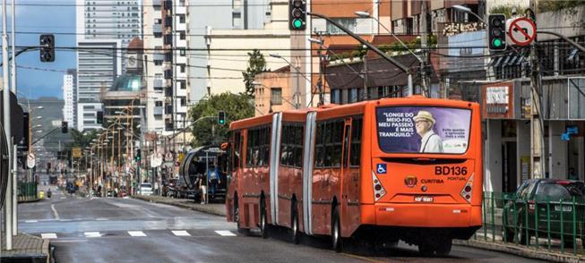 Ônibus circula em rua de Curitiba