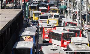 Ônibus congestionam terminal Dom Pedro, no centro