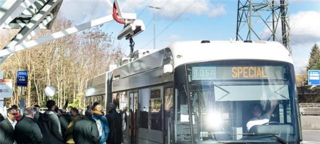 Ônibus criado em Genebra durante carregamento no p
