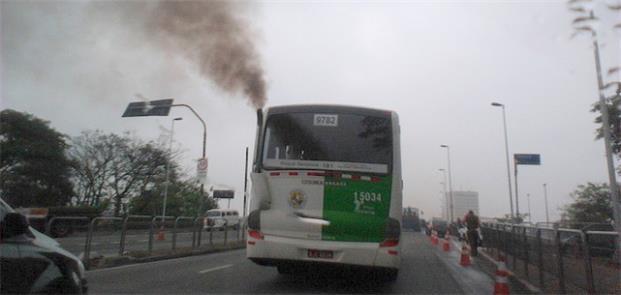 Ônibus diesel emite fumaça preta em São Paulo