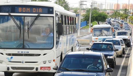 Ônibus disputa espaço com carros em rua de Aracaju