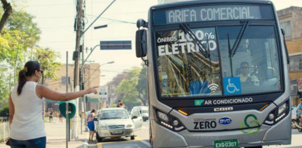 Ônibus elétrico chega ao ponto: tarifa zero para e