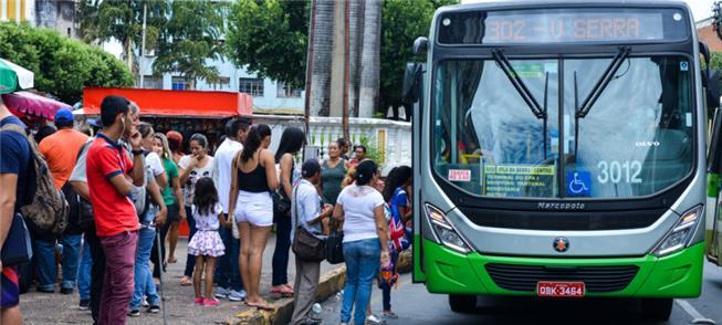 Ônibus em parada, no horário de pico