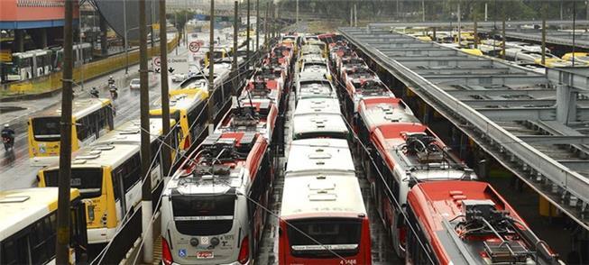 Ônibus em terminal de São Paulo